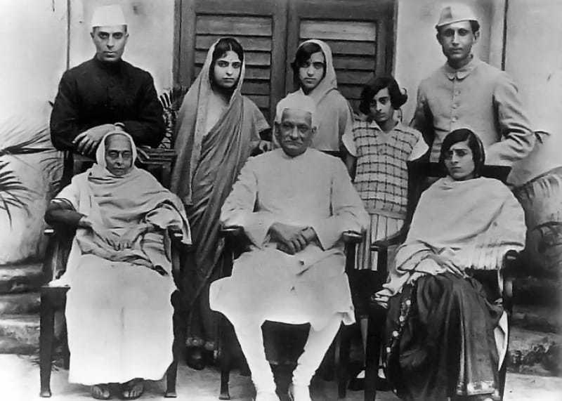 To end the infighting within the Congress, a pact was signed between Gandhi on one hand and Motilal Nehru and C.R. Das on the other whereby the Congress accepted that the Swarajists were in the Councils on the Congress's behalf. In return, the Swarajists agreed that only those who spun Khadi could be members of the Congress. December 26, 1924.