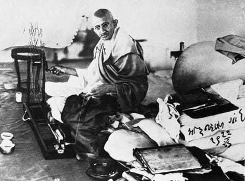 Gandhi spinning. Gujarati Handwriting: Mohandas Gandhi 19-12-1929.
