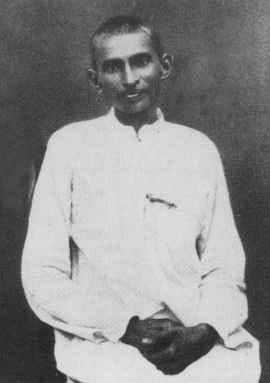"""Gandhi in South-Africa, with """"Satyagrahi"""" clothes made after prisoners' clothes, 1913 or 1914"""