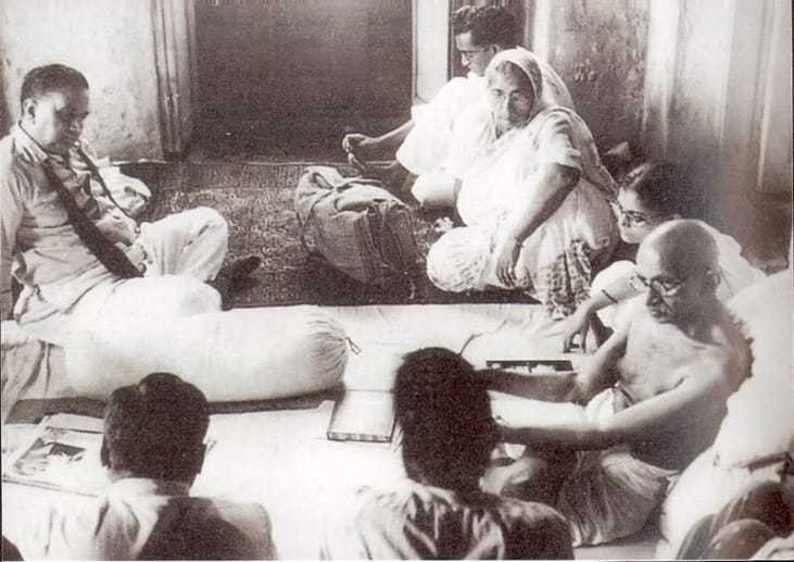 This photo archive shows Gandhiji speaking with his guests during his stay in the Hydari Mansion. In a bid to restore peace in Calcutta, Gandhiji started fasting from Sept 1, 1947. He broke it four days later after assurance from leaders of all communities in Calcutta.
