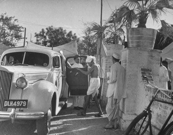 Gandhi entering G.D.Birla's Packard. May 1946.