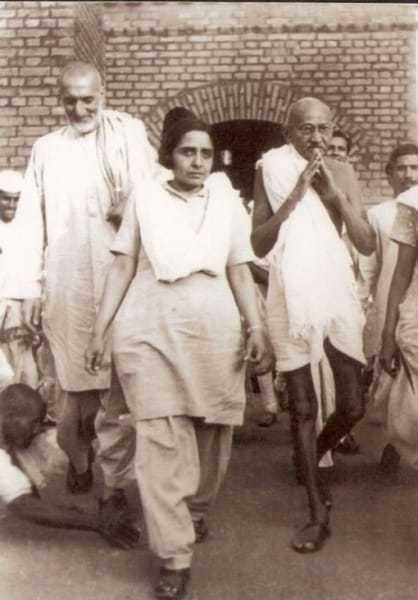 Khan Abdul Ghaffar Khan, Mridula Sarabhai, Mahatma Gandhi, Manu Gandhi (from left) and others during Gandhi's peace march through Bihar, March 1947.