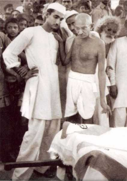 Gandhi by the side of Abdul Bari's coffin, Patna, March 29, 1947